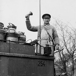 Teaser BOLLE Historie - Schwarz-Weiß-Foto: Milchmann auf Bollewagen mit Glocke