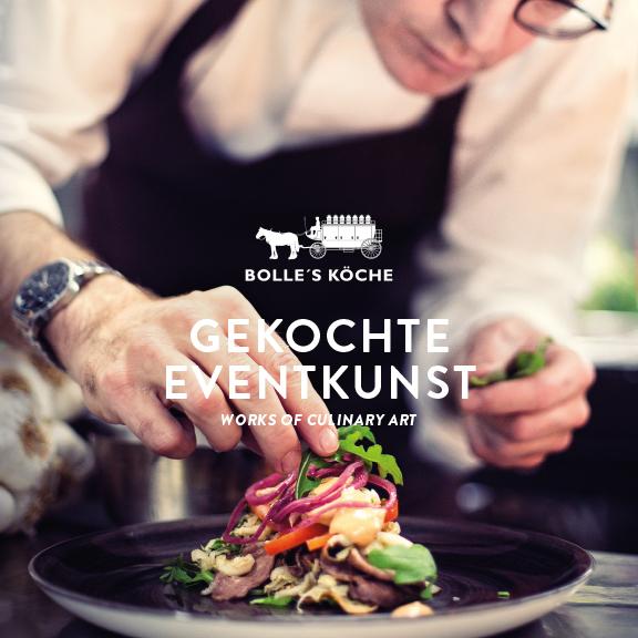 """Foto BOLLES Köche beim Anrichten eines Gerichts - Logo BOLLE'S KÖCHE und Aufschrift """"GEKOCHTE EVENTKUNST - works of culinary art"""""""