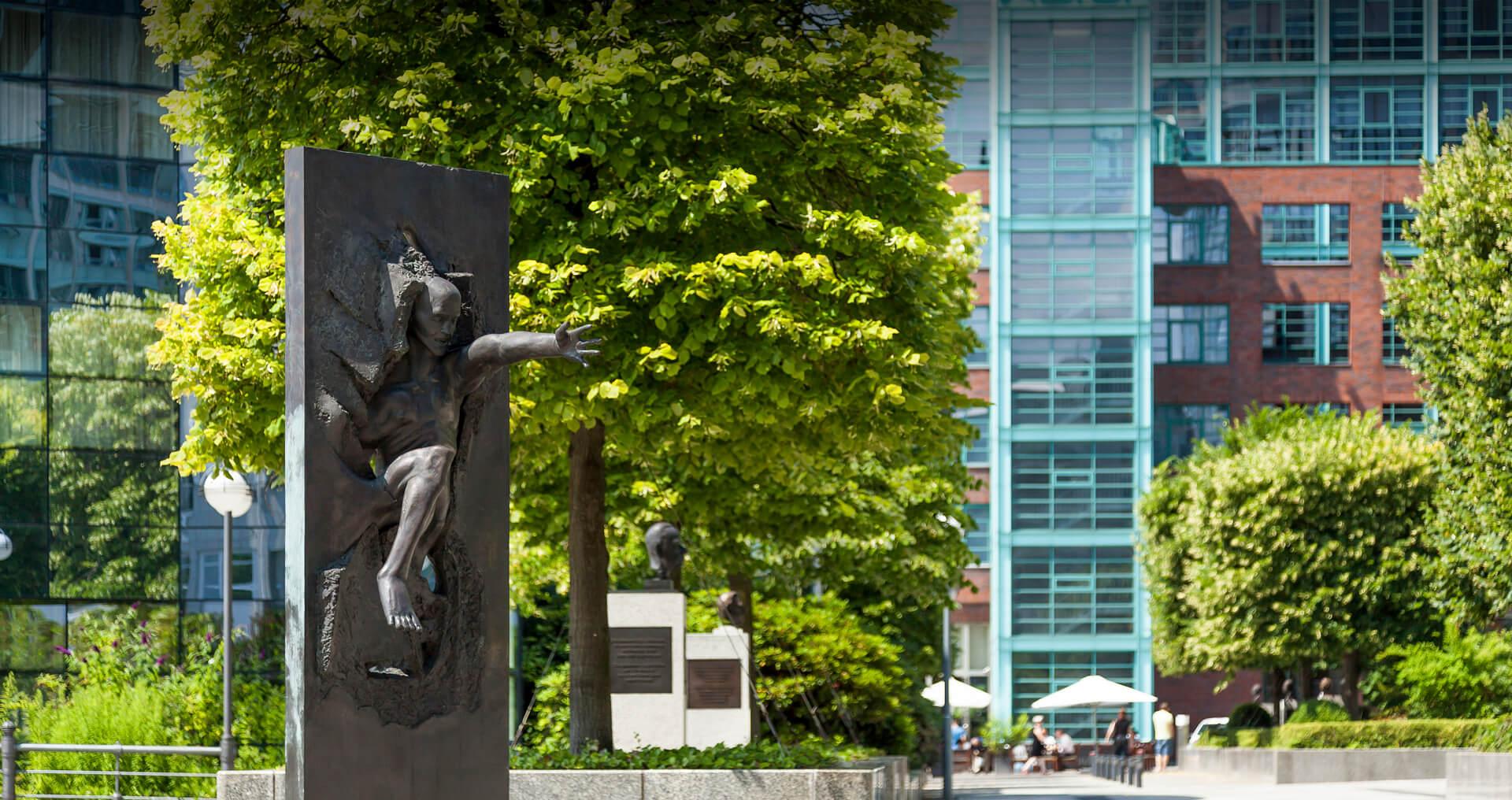Foto der Straße der Erinnerungen, im Vordergrund das Denkmal